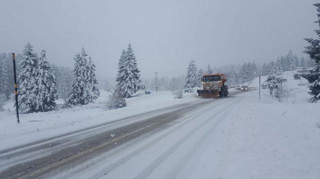 Χιονίζει στα ορεινά των Τρικάλων, βρέχει στα πεδινά