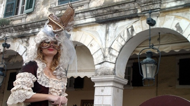 Αναβιώνει το έθιμο «Πετεγολέτσα» στις «φανέστρες» των σπιτιών στην Κέρκυρα