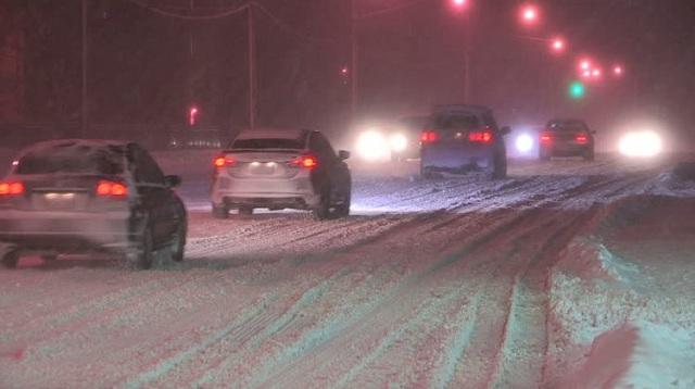 Ουρές αυτοκινήτων λόγω χιονιού στο Δομοκό [εικόνες]