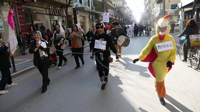 Οι πρώτοι καρναβαλιστές στο κέντρο της Λάρισας [photos]