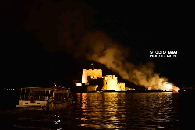 Ναύπλιο: Στις φλόγες καΐκι στο Μπούρτζι (βίντεο)