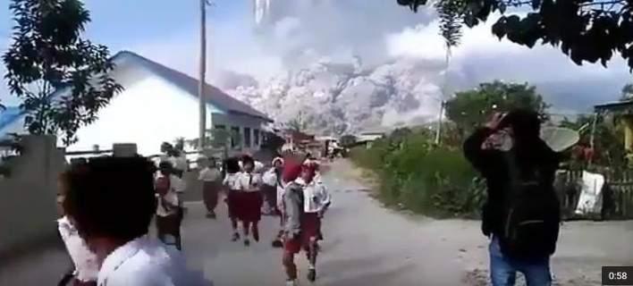Τρομακτικές σκηνές στην Ινδονησία: Πανικόβλητοι μαθητές τρέχουν να σωθούν από έκρηξη ηφαιστείου [εικόνες]