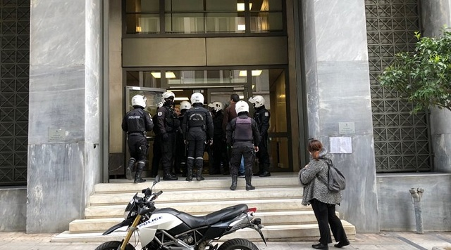 Ντου κατά των πλειστηριασμών: «Έκλεισαν» τους διαδηλωτές μέσα στην Τράπεζα της Ελλάδος