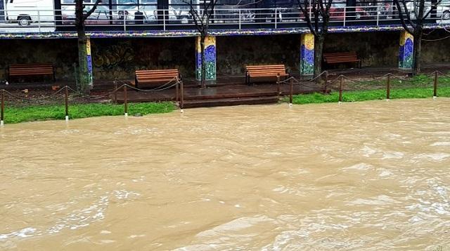 Υπερχείλησε ο Ληθαίος ποταμός στα Τρίκαλα [εικόνες-video]
