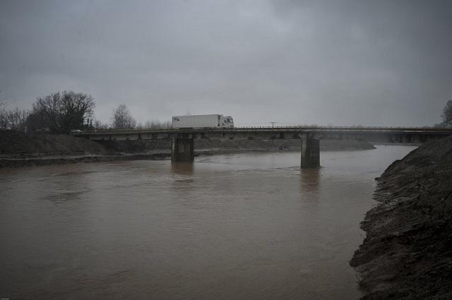 «Φούσκωσε» επικίνδυνα ο Πηνειός. Φόβοι για πλημμύρες [εικόνες]