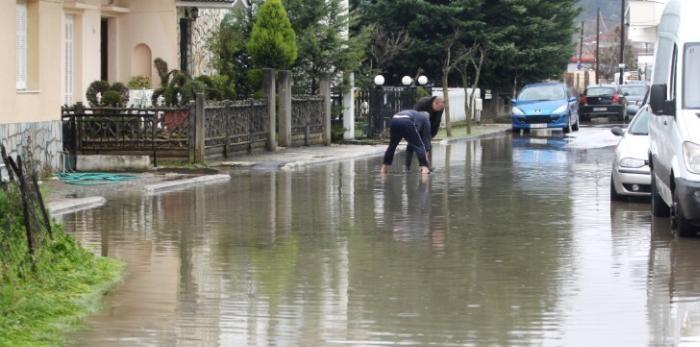 Τρίκαλα: Μάχες στα λασπόνερα της κακοκαιρίας. Πλημμύρες σε γειτονιές