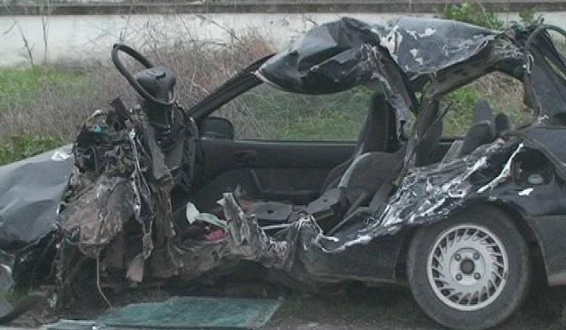 Ενας νεκρός από σφοδρή μετωπική σύγκρουση φορτηγού με Ι.Χ. έξω από τη Λάρισα