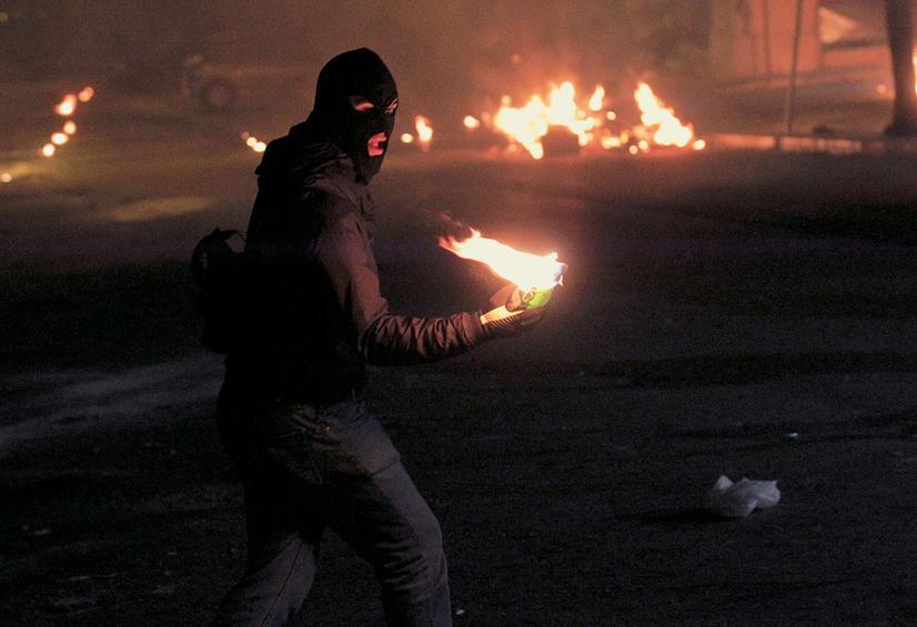 Μπαράζ επιθέσεων το βράδυ:Γκαζάκια και μολότοφ σε αυτοκίνητα και τράπεζες στην Αττική