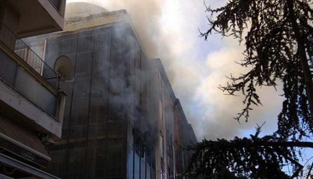 Στις φλόγες η εφορία της Λάρισας [εικόνες-βίντεο]