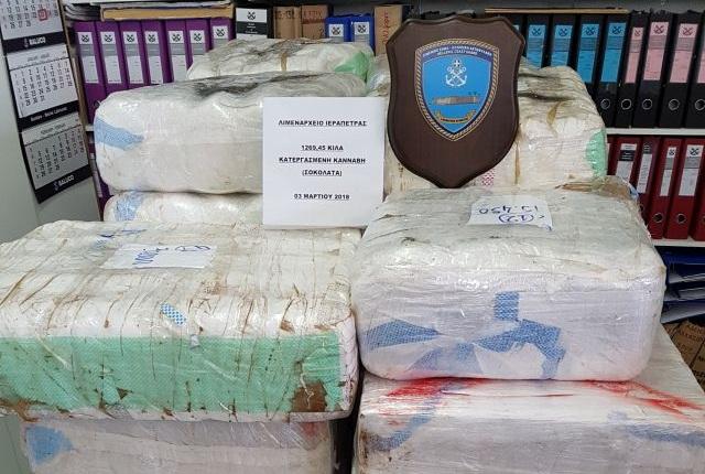 Στην Εισαγγελία Πειραιά το πλήρωμα του αλιευτικού με τους 1,3 τόνους κατεργασμένης κάνναβης