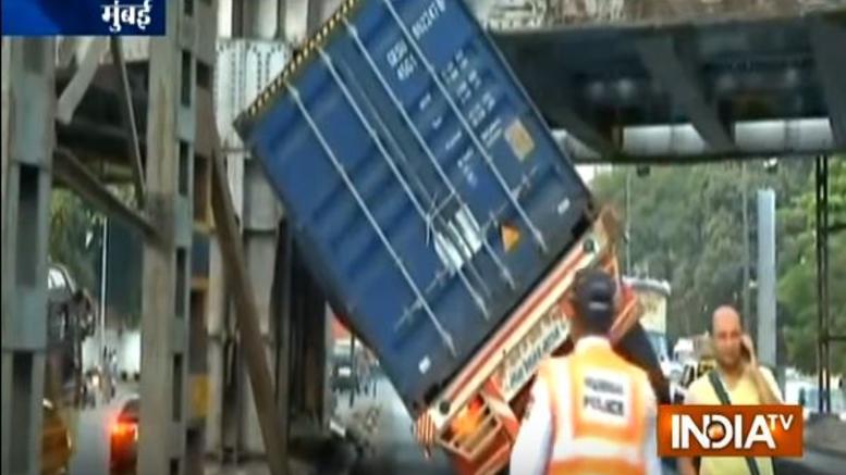 Τραγωδία στην Ινδία: 25 νεκροί από πτώση φορτηγού σε φρεάτιο [Βίντεο]