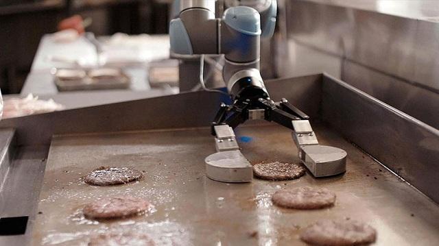 Ρομπότ που ψήνει μπέργκερ έπιασε δουλειά σε φαστ-φουντάδικο [βίντεο]