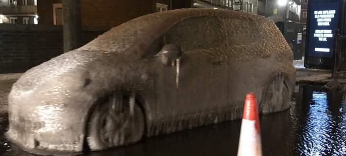 Αυτοκίνητο έγινε... πάγος λόγω της κακοκαιρίας στο Λονδίνο. Αφωνοι οι αστυνομικοί [εικόνες]