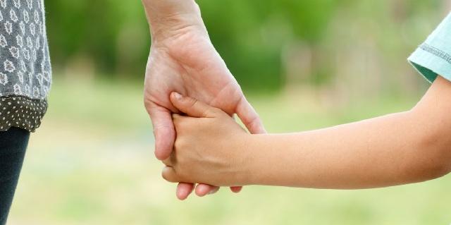 Χέρι βοήθειας στην μητέρα που θέλει να αφήσει τα παιδιά της