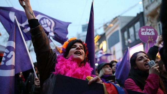 Σείστηκε η Κωνσταντινούπολη: Χιλιάδες γυναίκες ξεχύθηκαν στους δρόμους