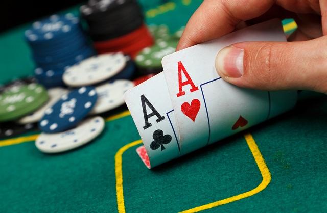 Τους έπιασαν στα πράσα στη Σκιάθο να παίζουν πόκερ