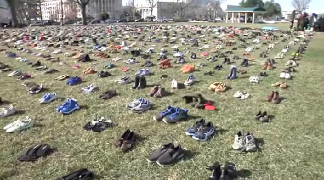 7.000 παπούτσια έξω από το Καπιτώλιο για τους νεκρούς μαθητές [βίντεο]