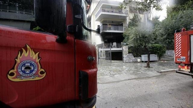 Στις φλόγες δύο σπίτια στην Αθήνα: Στο νοσοκομείο δύο γυναίκες