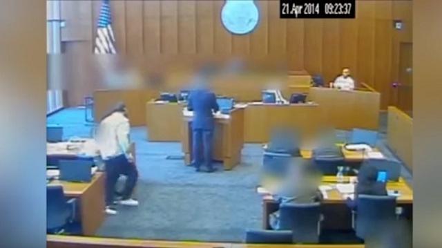 Επίθεση με στυλό σε αίθουσα δικαστηρίου [βίντεο]