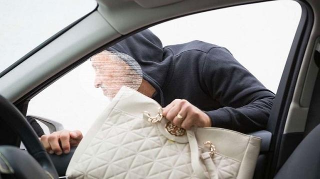 Τράκαρε επίτηδες όχημα γυναίκας για να της κλέψει την τσάντα