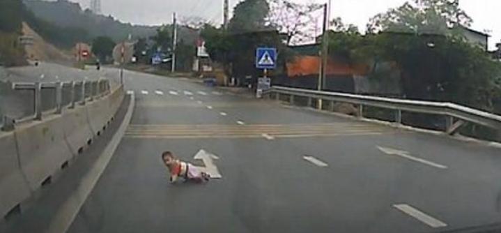Μωρό μπουσουλούσε στη μέση αυτοκινητόδρομου (vid)