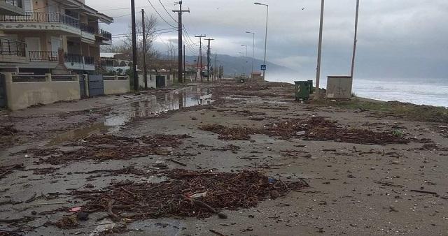 Μέχρι το δρόμο έφτασε η θάλασσα στα παράλια του Δήμου Αγιάς