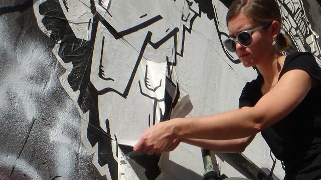 Βολιώτισσα δίνει ζωή σε φθαρμένα γκράφιτι