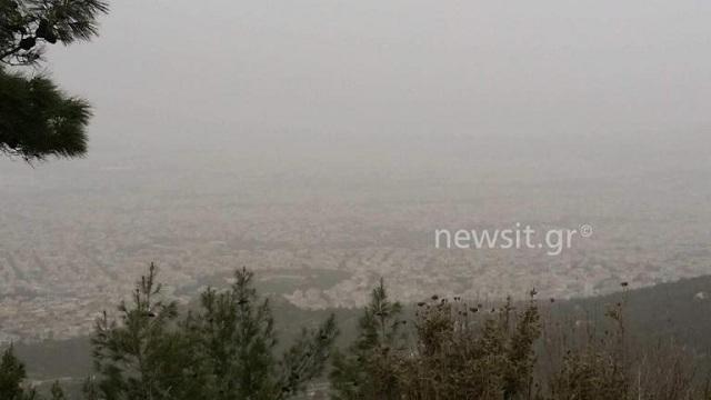 Και η Αθήνα χάθηκε στην σκόνη: Αποπνικτική ατμόσφαιρα, «χάθηκαν» Ακρόπολη και Λυκαβηττός