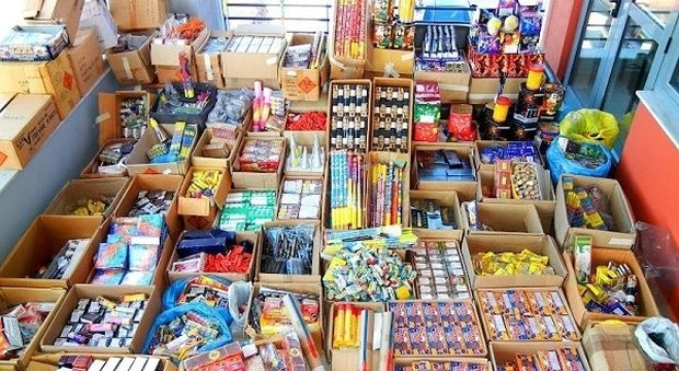Πωλούσε παράνομα στο παντοπωλείο της βεγγαλικά και πυροτεχνήματα