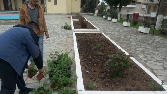 Μαθητές του ΕΠΑΛ Βελεστίνου ομόρφυναν τον αύλειο χώρο Ναού