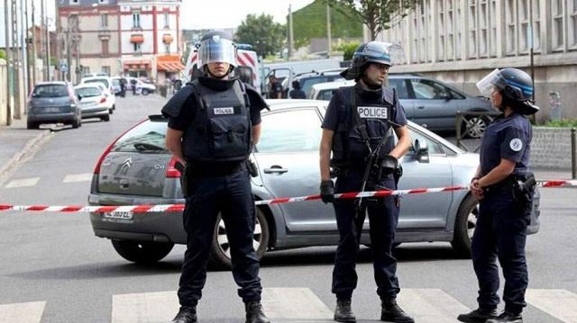 Γαλλία: Ανθρωποκυνηγητό για τον άνδρα που έπεσε με το αυτοκίνητό του πάνω σε στρατιωτικούς