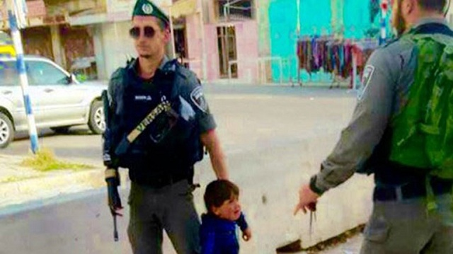 Ισραηλινοί στρατιώτες συλλαμβάνουν... «τρομοκράτη» 3 ετών!