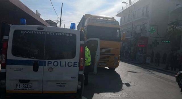Νταλίκα παρέσυρε άνδρα και τον τραυμάτισε σοβαρά στην οδό Βόλου στη Λάρισα