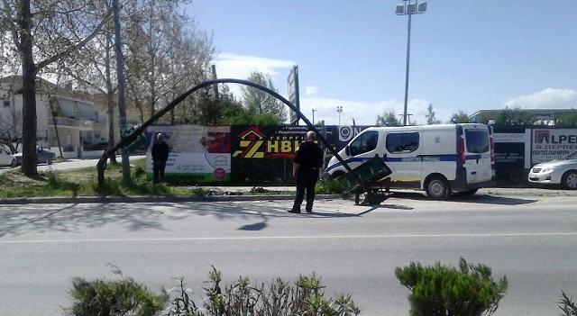Φανάρια έπεσαν επάνω σε αυτοκίνητο στη Γιάννουλη Λάρισας