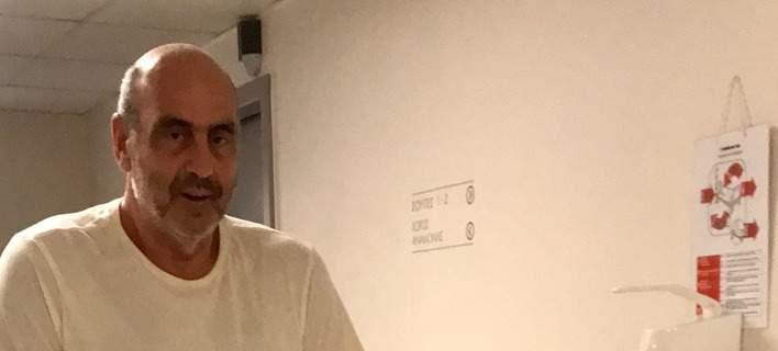 Με πατερίτσες ο Γιώργος Βουλγαράκης μετά από δύο εβδομάδες στο νοσοκομείο [εικόνα]