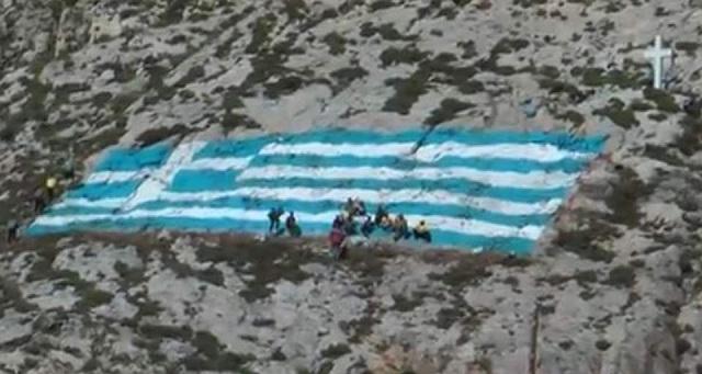 Κάλυμνος: Ζωγράφισαν ελληνική σημαία 375 τμ [βίντεο]