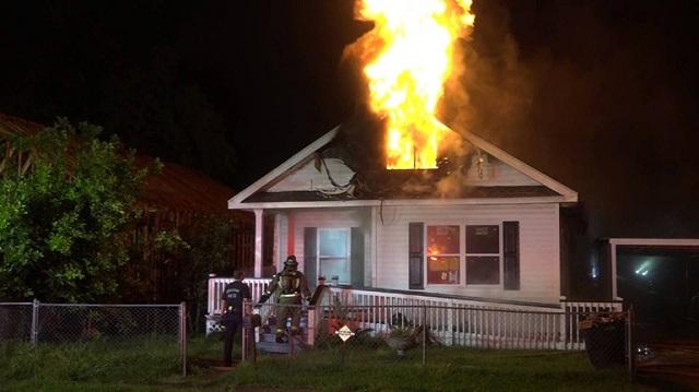 Ντελιβεράς σώζει 2 ανθρώπους από πυρκαγιά