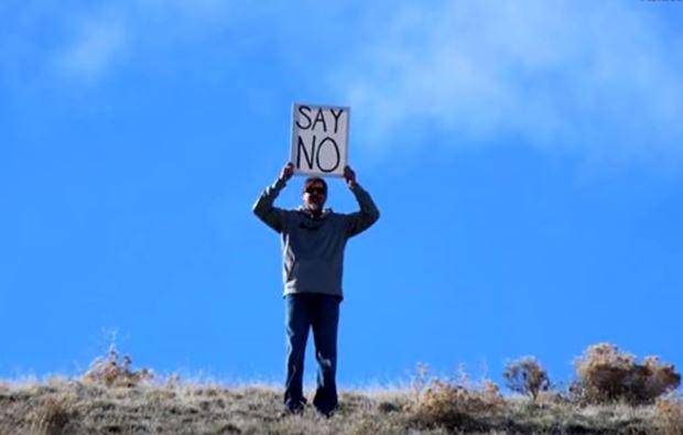 Πατέρας κρατά επιγραφή «Πες όχι» όσο η κόρη του δέχεται πρόταση γάμου