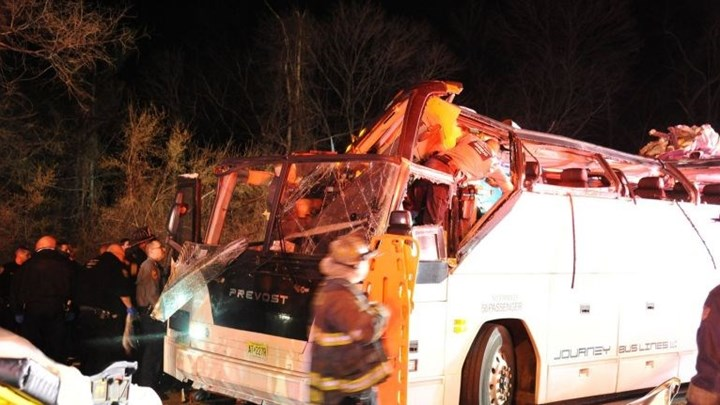 Οδηγός σχολικού υπολόγισε λάθος το ύψος γέφυρας & συνέθλιψε την οροφή του λεωφορείου