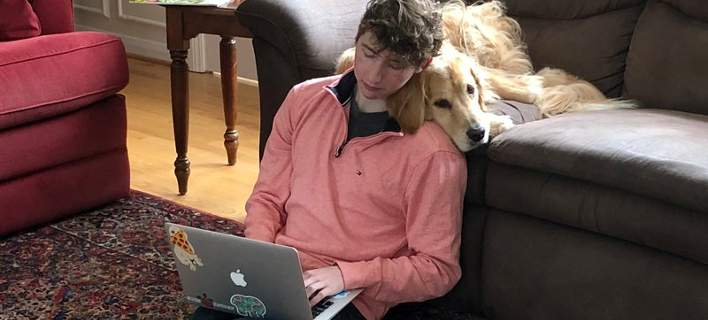 Παράτησε το πανεπιστήμιο για να αξιολογεί σκύλους στο Twitter και βγάζει 10.000€ μηνιαίως