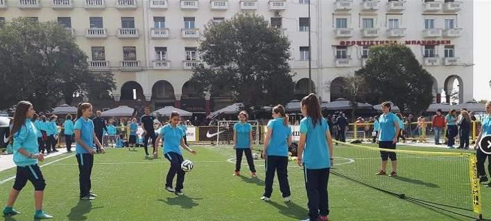 Η πλατεία Αριστοτέλους μετατράπηκε σε... γήπεδο ποδοσφαίρου για κορίτσια [εικόνες]