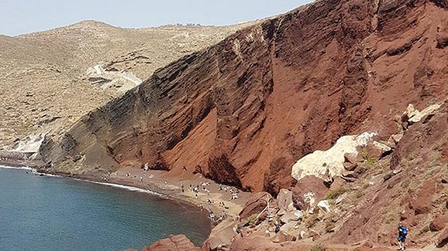 Νέα μεγάλη κατολίσθηση στην Κόκκινη Παραλία της Σαντορίνης