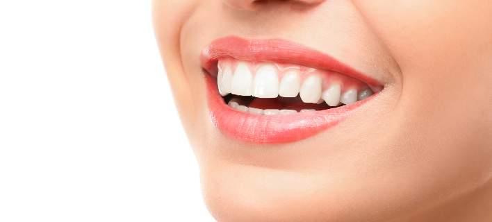 Κατάχρηση με τη λεύκανση δοντιών και αμέλεια με τη στοματική υγεία επιδεικνύουν οι Ελληνες