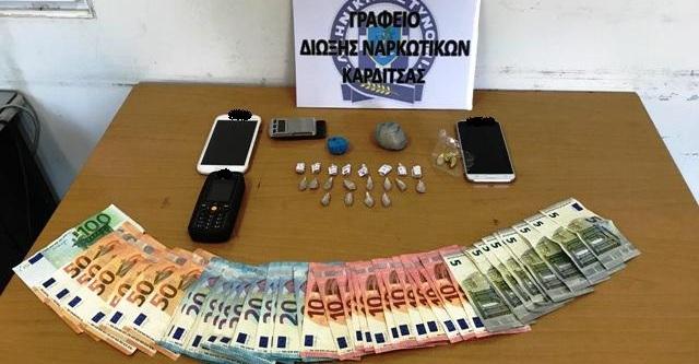 Ο αστυνομικός σκύλος βρήκε τα ναρκωτικά στο σπίτι οικοκογένειας