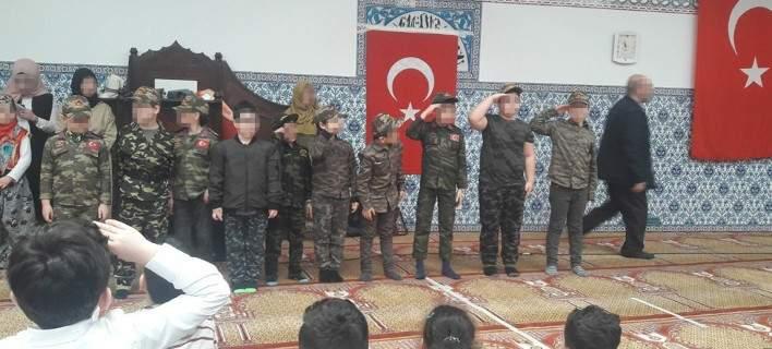 Τουρκικό εθνικιστικό σόου στην Αυστρία με παιδιά-«στρατιώτες» του Ερντογάν [βίντεο]