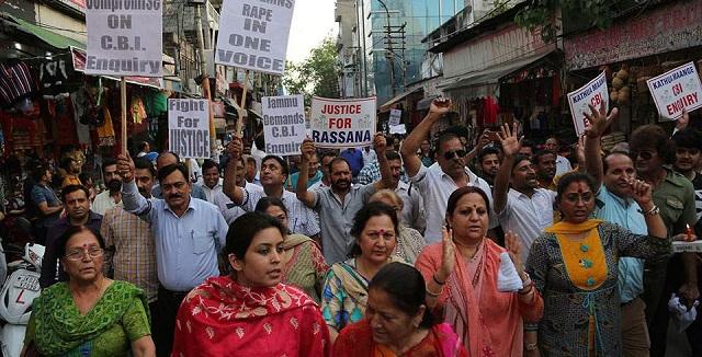 Η Ινδία εξετάζει την επιβολή θανατικής ποινής στους βιαστές παιδιών