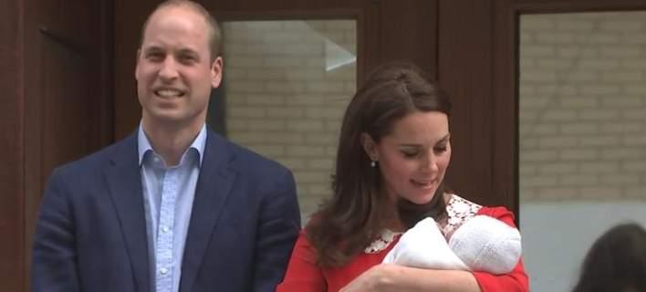 Η πρώτη δημόσια εμφάνιση του νέου πρίγκιπα, στην αγκαλιά της Κέιτ Μίντλεντον [εικόνα]
