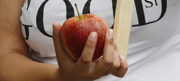 Της έβαλαν πρόστιμο 500 δολ. επειδή ξέχασε να δηλώσει ένα μήλο φτάνοντας στις ΗΠΑ