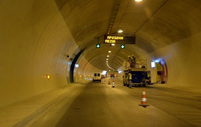 Ανατροπή Ι.Χ. σε τούνελ στην Πατρών-Κορίνθου [εικόνες]