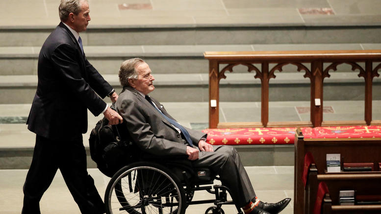 Στο νοσοκομείο ο Τζορτζ Μπους μετά την κηδεία της συζύγου του